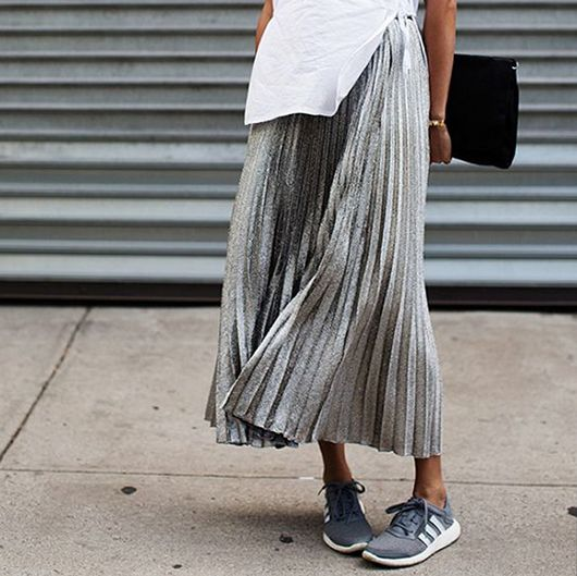 inspirations-fall-mood-grey-streetstyle-midiskirt-theworldofbergere