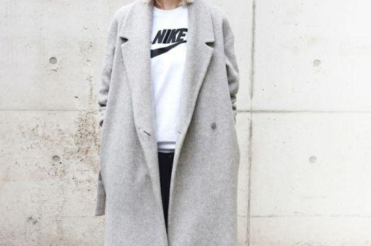 streetstyle-inspirations-fall-mood-grey-fashion-coat-nike-theworldofbergere